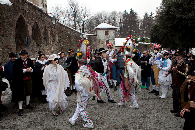 The Ballo, or Dance, of the Lachera in Rocca Grimalda Carnevale. Photo from Kezka, Creative Commons