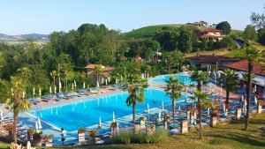 Blue waves in green hills: the best public pools in the Langhe and Roero
